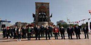 İmamoğlu, Taksim Cumhuriyet Anıtı'nda düzenlenen resmi törene katıldı