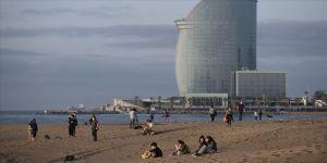 Barselona'da yürüyüşe açılan plajlarda Kovid-19 tedbirleri ihlal edildi