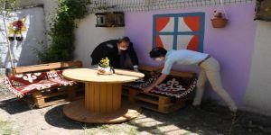 Özledikleri öğrencileri için okulda 'hobi bahçesi' oluşturdular