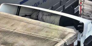 Tırın çekicisi ile rüzgarlığı arasında gizlenerek yurda girmeye çalışan kişi yakalandı
