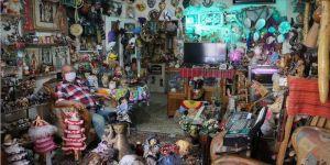 Evde kal' çağrısına 'oyuncak müzesi'ne çevirdiği konutunda uyuyor