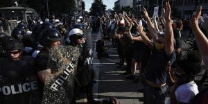 Minneapolis'te tanker sürücüsü, aracını otobanda toplanan binlerce protestocunun üzerine sürdü