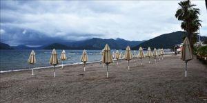 """Muğla'nın sahillerinde sosyal mesafeli """"deniz ve güneş keyfi"""" dönemi"""