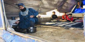 Suriye'de yerinden edilen Hamalı anne ekmeğini 'tuğladan'çıkarıyor