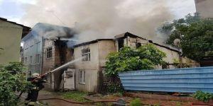 Bir evde çıkan yangın yan binaya sıçradı