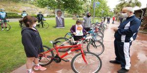 Büyükgöz, Çocuklara Bisiklet Hediye Etti