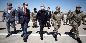 Milli Savunma Bakanı Akar ve komutanlar sınır hattında