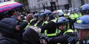 Londra'da göstericiler ile polis arasında arbede