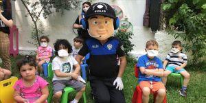 Adana'da polis, anaokulu öğrencilerine Kovid-19 tedbirlerini anlattı