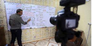 Iraklı öğretmen ders videoları hazırlayarak Kovid-19 günlerinde öğrencilerine destek oluyor