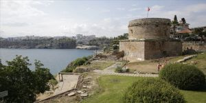 Antalya'nın simgelerinden Hıdırlık Kulesi çevresinde arkeolojik kazı başlatıldı