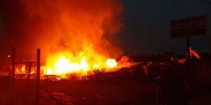Gebze'de ahşap palet depolama alanı yandı