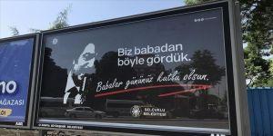 Babalar Günü ünlü sanatçıların sözlerinin yer aldığı afişlerle kutlandı