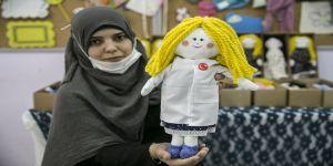 Yetim ve mülteci çocukları mutlu etmek için örgü oyuncak yapıyorlar