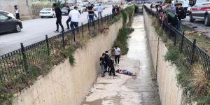 Amasya'da köpeklerden kaçarken su kanalına düşen genç kız yaralandı