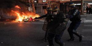 Fransa'da rap sanatçısı gözaltına alınırken polis şiddetine maruz kaldı