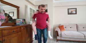 İznik'te bir baba ayağı kırılan oğlunu LGS sınavı için okula kadar sırtında taşıdı