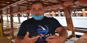 Mehmet Kaptan teknesine yuva yapan kırlangıçlara 'babalık' yapıyor