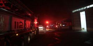 Kahramanmaraş'ta bir tekstil fabrikasında çıkan yangına itfaiye ekipleri müdahale ediyor.