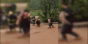 Kocaeli'de aşırı yağış ve toprak kayması sonucu köpeği ile mahsur kaldı