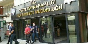 Gebzede bir kişiye bankadan zorla para çektirmeye çalışan 4 şüpheli tutuklandı.