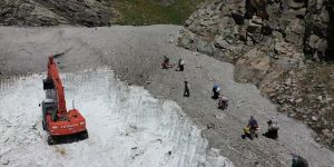 Van'da 10 metre kar bulunan yayla yolları açılıyor