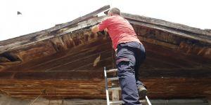 Gebzede 2 katlı bir evin çatısına  ipe takılan karga itfaiye ekipleri tarafından kurtarıldı