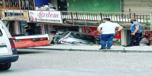 Gebze'de araç kaldırımdan aşağı düştü
