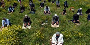 Ardahan'da cuma namazı çiçeklerle kaplı okul bahçesinde kılındı