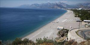 Antalya'daki Konyaaltı Sahili YKS için uygulanan sokağa çıkma kısıtlaması nedeniyle boş kaldı