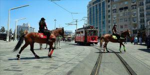 Atlı polislerden Taksim'de denetim