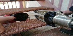 Gebze'de yangın merdivenine kafası sıkışan çocuğu itfaiye ekipleri kurtardı.