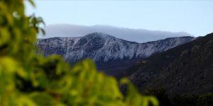 Esence Dağı'nın zirvesi temmuzda yağan dolu ile beyaza büründü