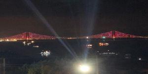 Osmangazi Köprüsü, Türk bayrağının renkleriyle ışıklandırıldı