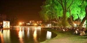 Ceyhan Nehri'nde açık hava sineması keyfi