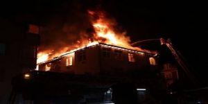 3 katlı binanın çatı katında yangın meydana geldi ! Yaşlı çift ve oğulları hastaneye kaldırıldı