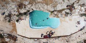 Filistinli aile salgın tehlikesinden korunmak için kayalık bir tepeyi alternatif tatil alanına dönüştürdü