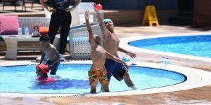 Kağıt toplayan çocuğun havuz sevinci