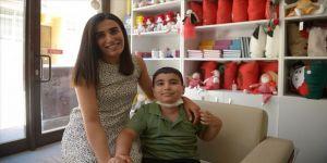 Tek arkadaşı 'annesi' olan 7 yaşındaki çocuk lösemiyi yendi