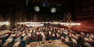 Ayasofya-i Kebir Camii vatandaşlar ve turistlerin akınına uğruyor
