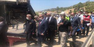 Bakan Akar, askerleri taşıyan otobüsün kaza yaptığı bölgede incelemede bulunuyor