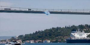 Medipol Başakşehir'in bayrağı köprülere asıldı