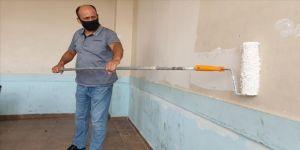 Osmaniye'de fedakar öğretmenler okulun duvarlarını boyadı sıralarını tamir etti