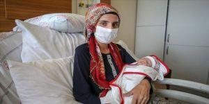 Hayata döndürülen anne ve bebeği evlerine kavuştu