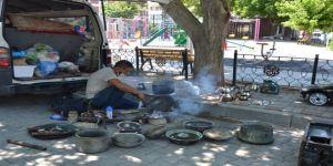 Mesleğini yaşatmak için Türkiye'yi gezip kalay yapıyor