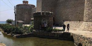 Tarihi Mamure Kalesi'ni çevreleyen kanaldaki sevimli kaplumbağalar ilgi çekiyor