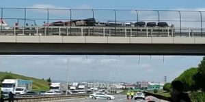 Çayırova'da TIR köprüde asılı kaldı