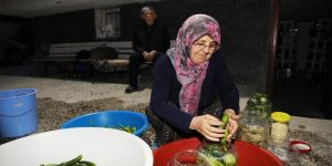 65 yıl turşu kuran İhsan amca mesleğini çocuklarına devretmenin mutluluğunu yaşıyor