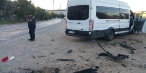 Minibüs, GOSB'da otomobille çarpıştı