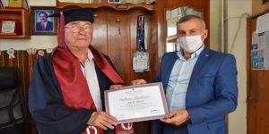 81 yaşında 4'üncü üniversite diplomasını alarak mezun oldu